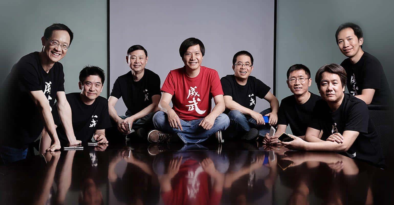 Het Xiaomi management team met CEO Lei Jun in het rode shirt