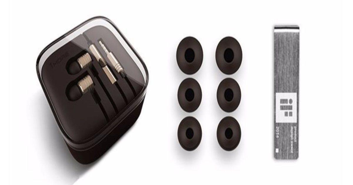 Xiaomi 1more E1003 headset inclusief 3 paar oordoppen en metalen draagclip.